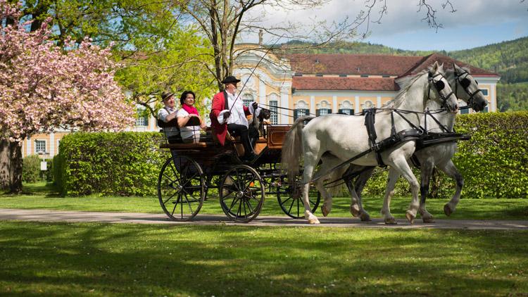 Auch in den schönen Schlossgarten von Schloss Schielleiten führt die Reise des Schlosskutschers