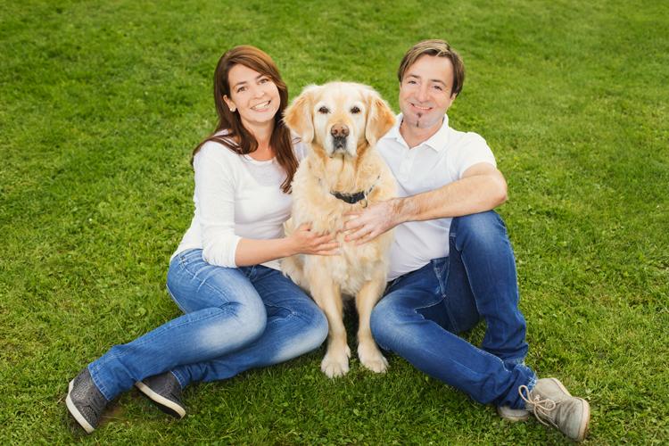 Die Familie Brunner mit ihrem Hund.