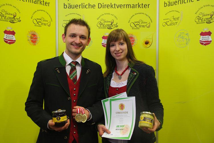 """Manuel und Silvia Reitbauer freuen sich über zwei Goldmedaillen von der """"Ab-Hof-Messe"""" Wieselburg (NÖ)."""