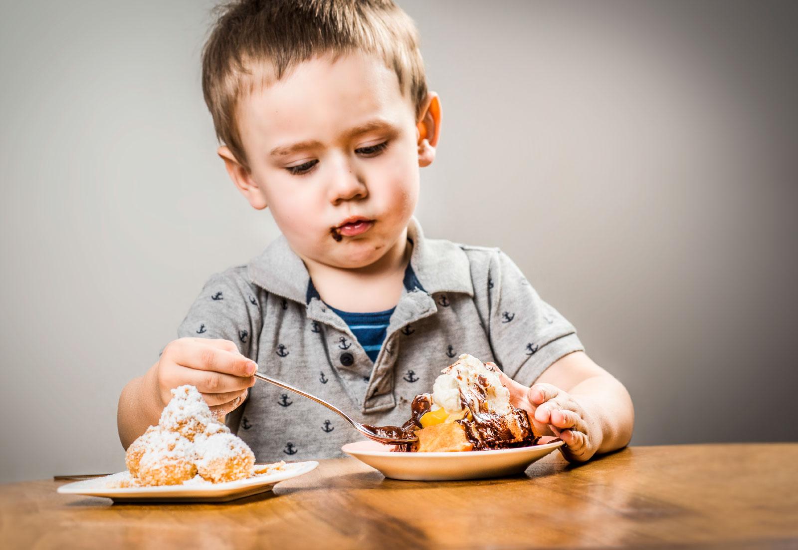 Knödel oder Waffeln? Bei diesem Anblick fällt die Entscheidung nicht leicht. Dieser junge Mann hat sein süßes Glück in der Waffel gefunden. Ein weiteres Highlight für die kleine Gäste: Die Heiße Schokolade mit Marshmallows.