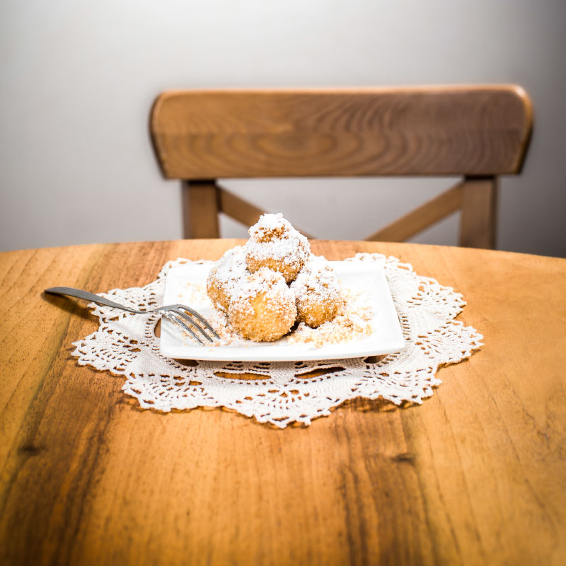 Die warmen Knödel nach Großmutters Rezept werden in Butterbrösel gewälzt - für den besonderen Knuspereffekt. Wer möchte, kann sich die flaumigen Knödel auch umweltfreundlich verpacken lassen und in Ruhe zuhause genießen.