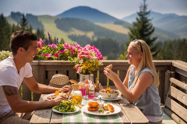 Auf einer Wandung durch das Almenland begegnen einem unzählige urige Hütten, die zum Verweilen einladen. So zum Beispiel die Weizerhütter, die neben Erfrischungen auch traditionelle Köstlichkeiten anbietet.