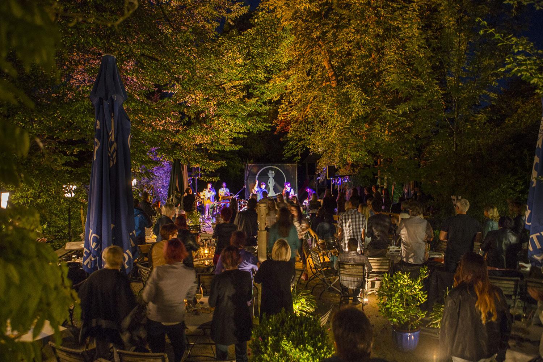 """""""Kulinarik u. Musik"""" nennt sich das Sommerprogramm im Gastgarten unter alten Linden- und Kastanienbäumen"""