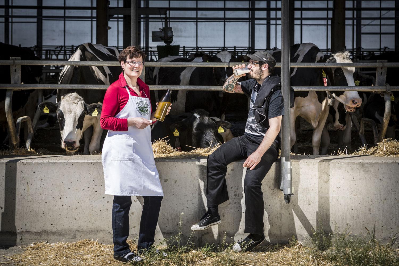 Johannes Pack überzeugt sich gerne selbst von der Qualität seiner regionalen Lieferanten. Die Milchprodukte stammen von der Hofmolkerei Thaller aus Leitersdorf.