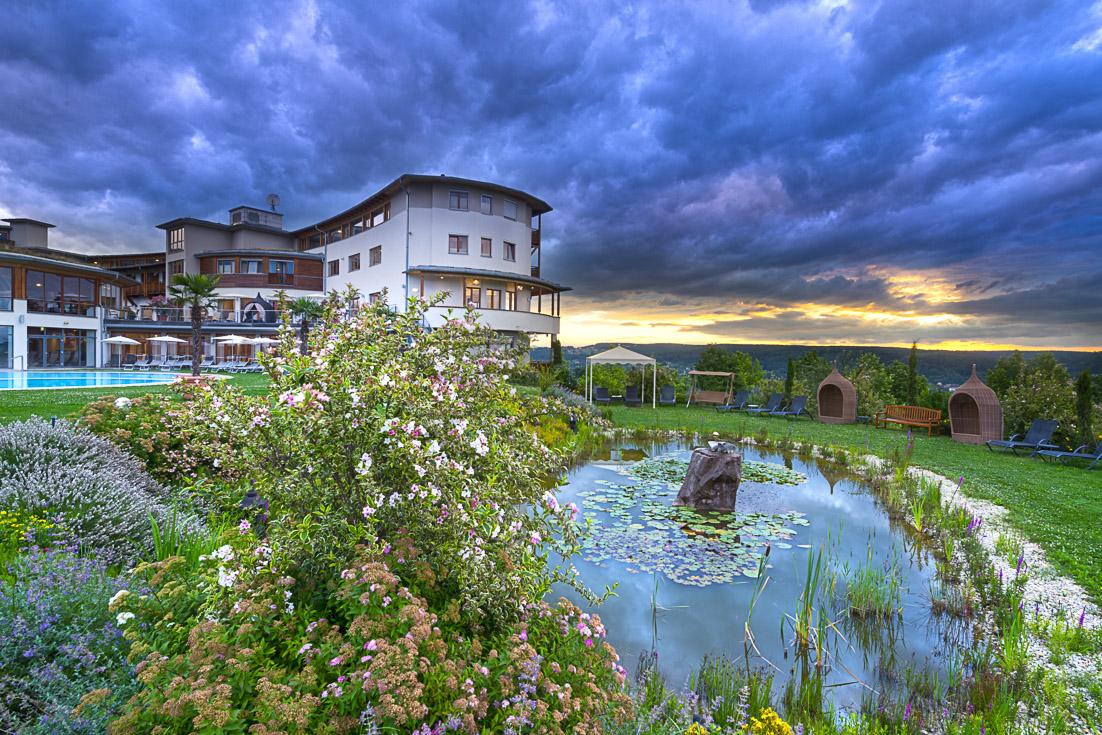 Das Hotel Larimar steht mitten in der Natur am Sonnenhügel von Stegersbach – ein besonderer Platz mit beeindruckender Fernsicht.