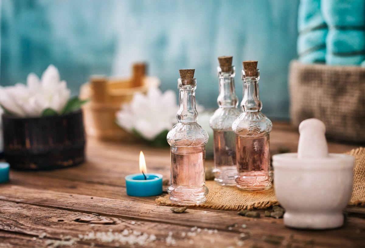Massageöl mit Kerzen und Blumen