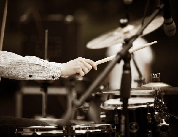 Drumstar - Schlagzeugschule in Wien, Mann spielt Schlagzeug