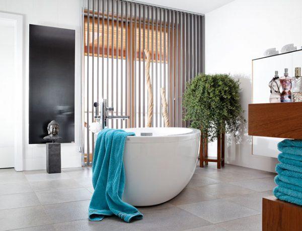 Glas-Infrarotheizung von Redwell in modernem Badezimmer
