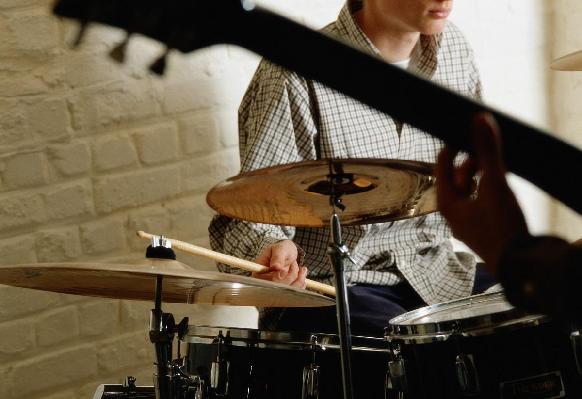 Junger Mann spielt Schlagzeug - Schlagzeugunterricht Wien