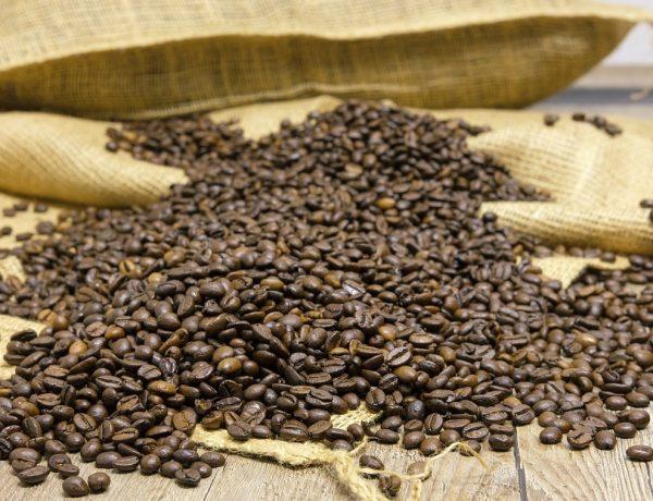 Kaffeebohnen auf einem Sack