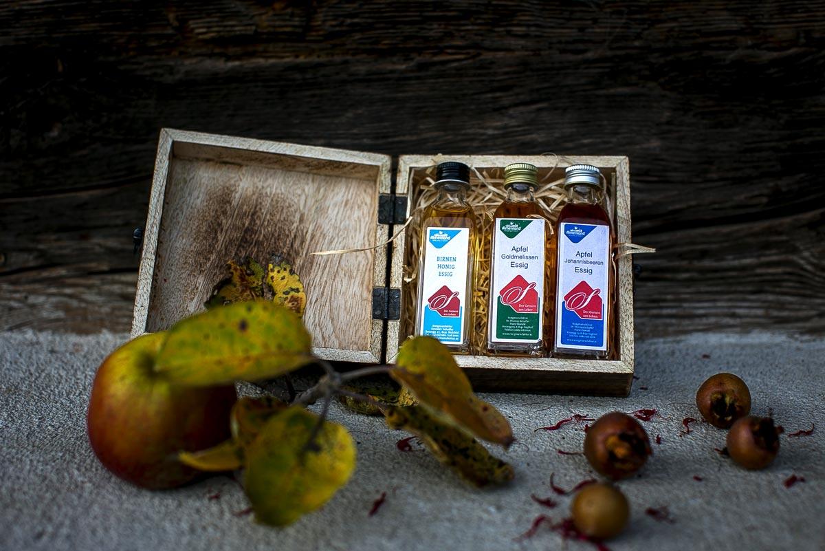 Fruchtiger Essig aus Äpfeln und Birnen: Liebevoll verpackt in einer kleinen Holzkiste