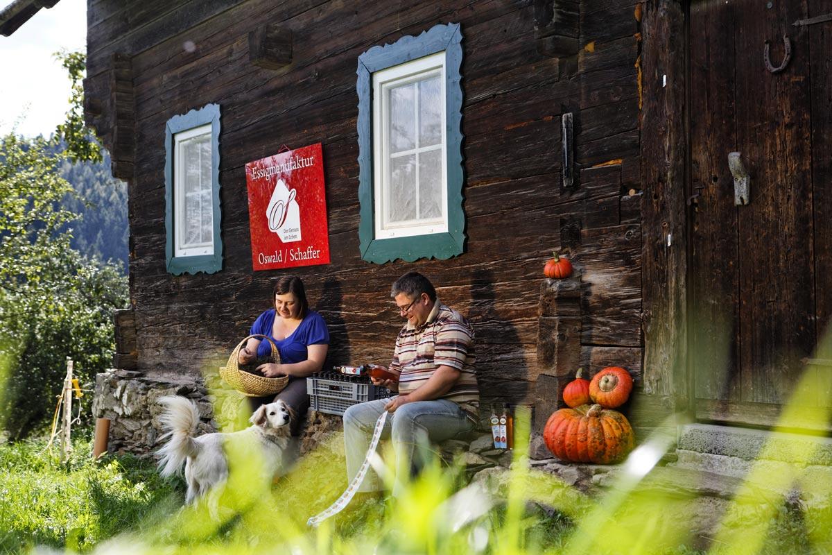 Beate Oswald und Thomas Schaffer vor dem alten Bauernhaus beim Fertigstellen ihrer Spezialitäten