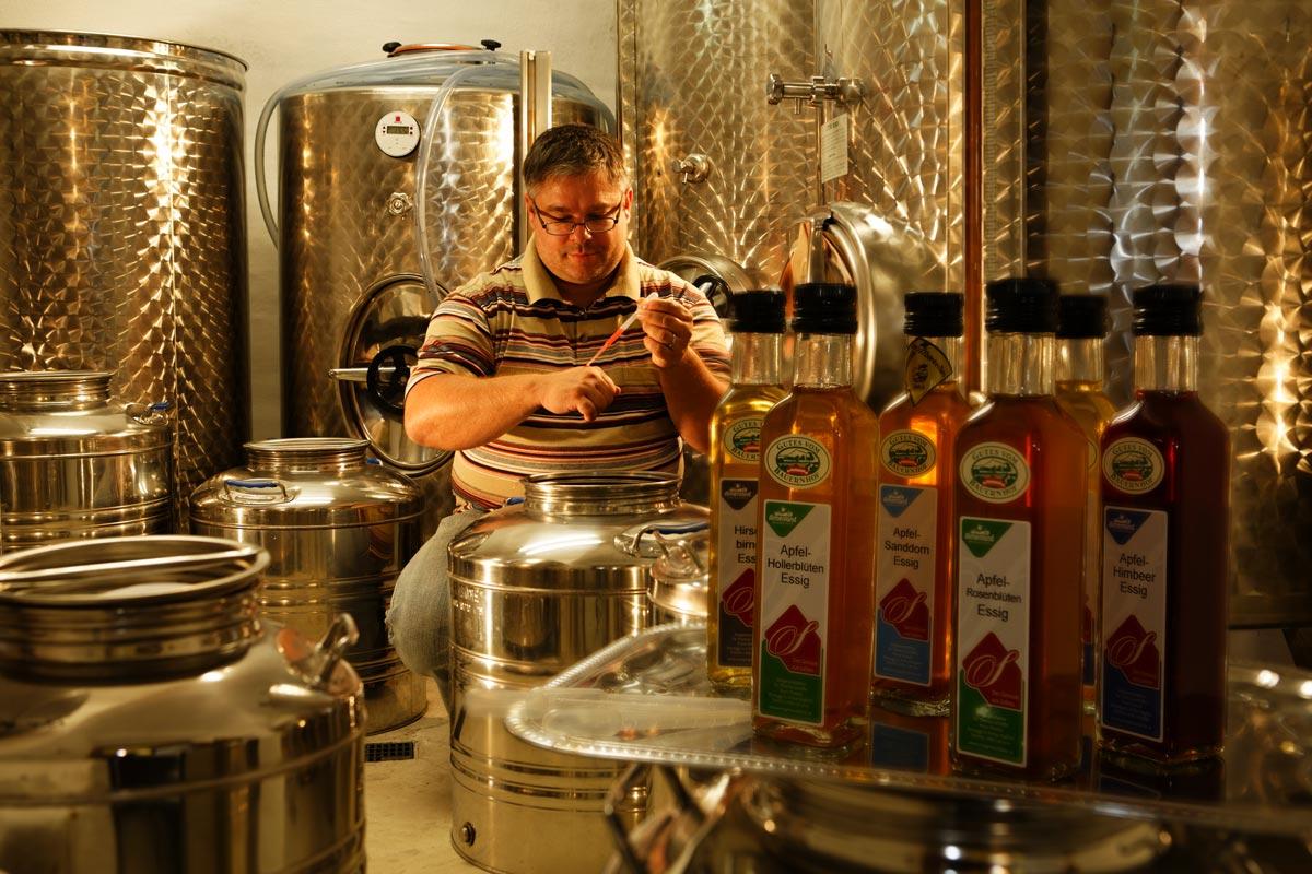 Thomas Schaffer prüft seine fruchtigen Erzeugnisse im Produktionskeller