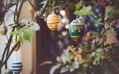 Bunte Eier auf Ostersträuche zu hängen, zählt in ganz Österreich zu den österlichen Traditionen.